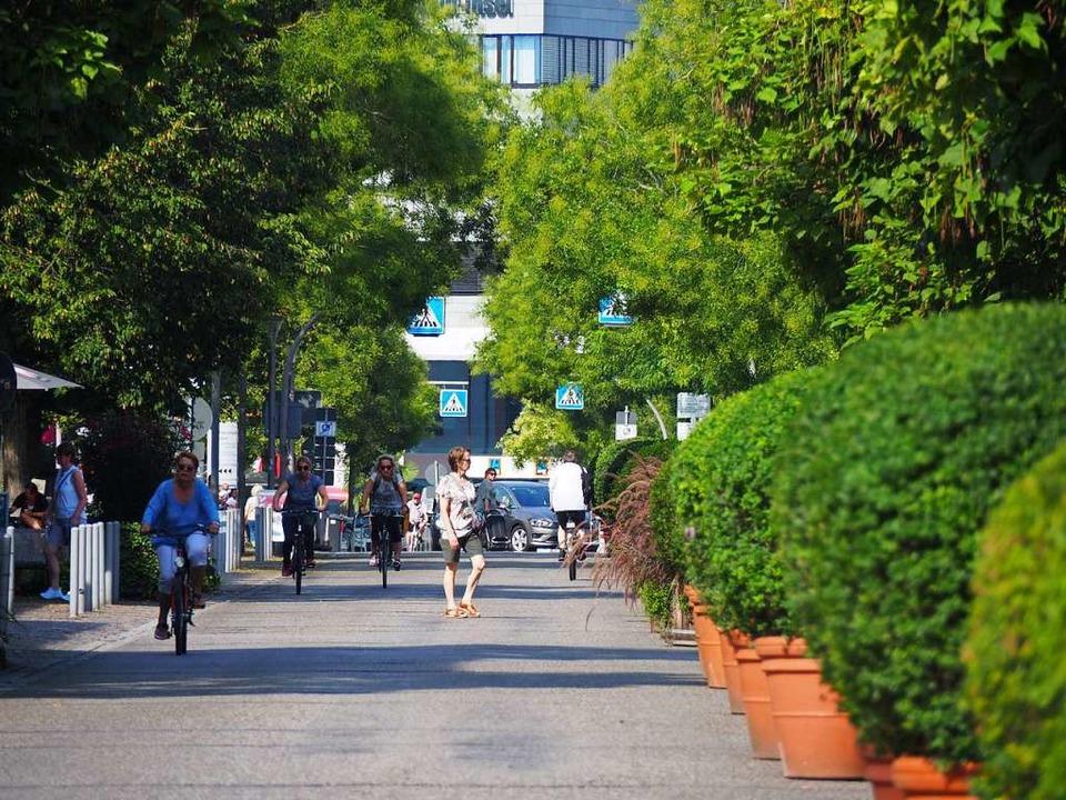 Fußgänger genießen die Fußgängerzone in Weil am Rhein sichtlich.  | Foto: Herbert Frey