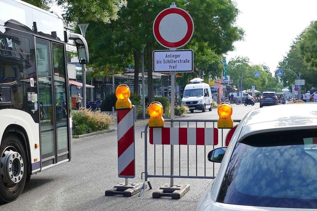 Das Schild gibt den Weg Richtung Schil...der Absperrung dennoch vorsorglich um.  | Foto: Victoria Langelott