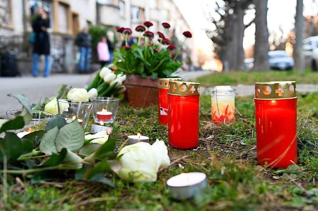 Blumen und Kerzen stehen am Tatort, an...iger Opfer eines Tötungsdelikts wurde.    Foto: Georgios Kefalas (dpa)