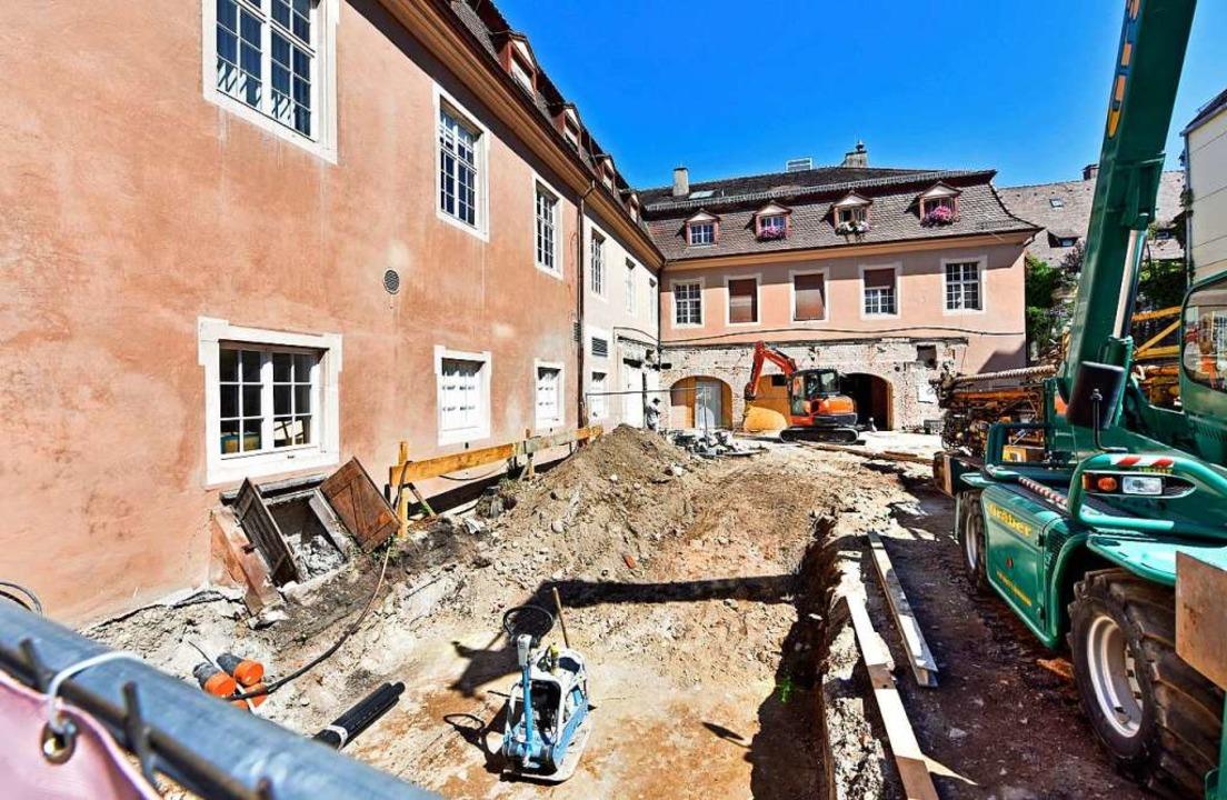"""Baggerarbeiten im Hof des """"Erzherzogs"""" in der Freiburger Innenstadt.    Foto: Michael Bamberger"""