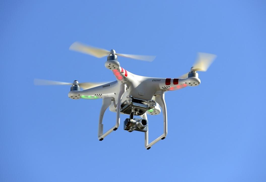 Am Mittwochmittag bemerkte die Pilotin...ubschraubers eine Drohne (Symbolbild).  | Foto: Ingo Schneider