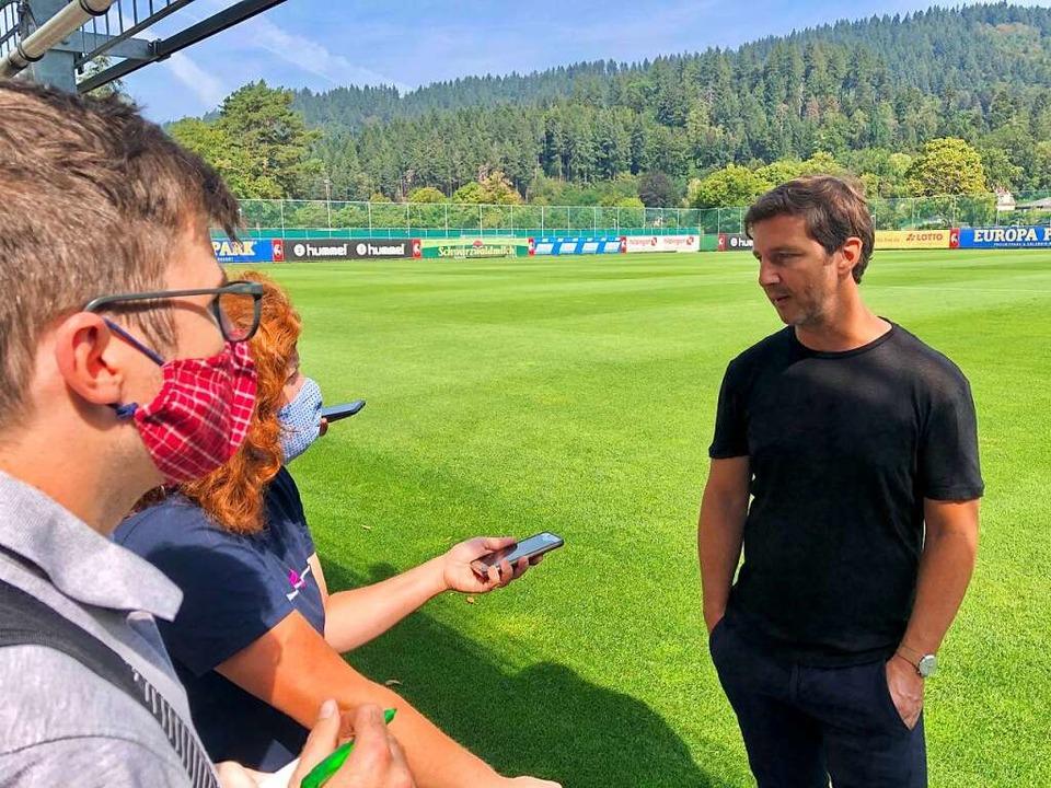 SC-Sportvorstand Jochen Saier beim Interview zum Saisonauftakt  | Foto: Joachim Röderer