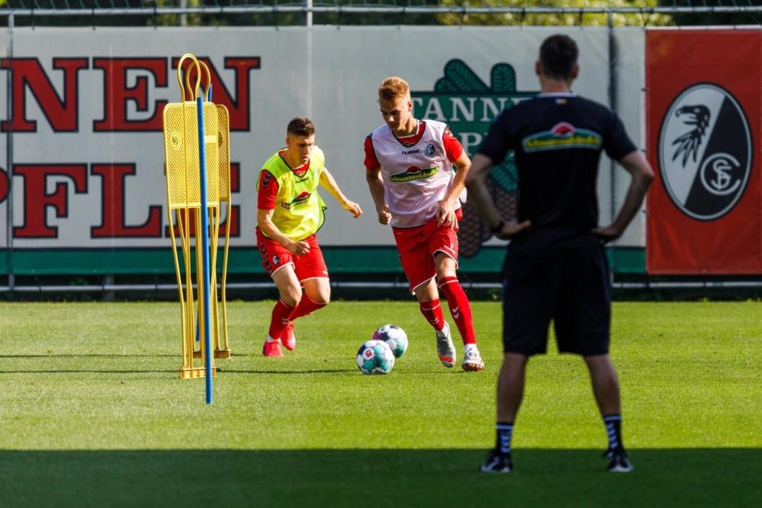 Am ersten Training  nahmen 25 Profis und vier U-23-Spieler teil  | Foto: Philipp von Ditfurth (dpa)
