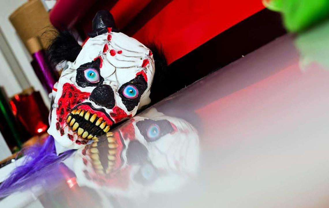 Zwei als Clowns verkleidete Jugendlich...n Horror in die Glieder fahren lassen.  | Foto: Julian Stratenschulte