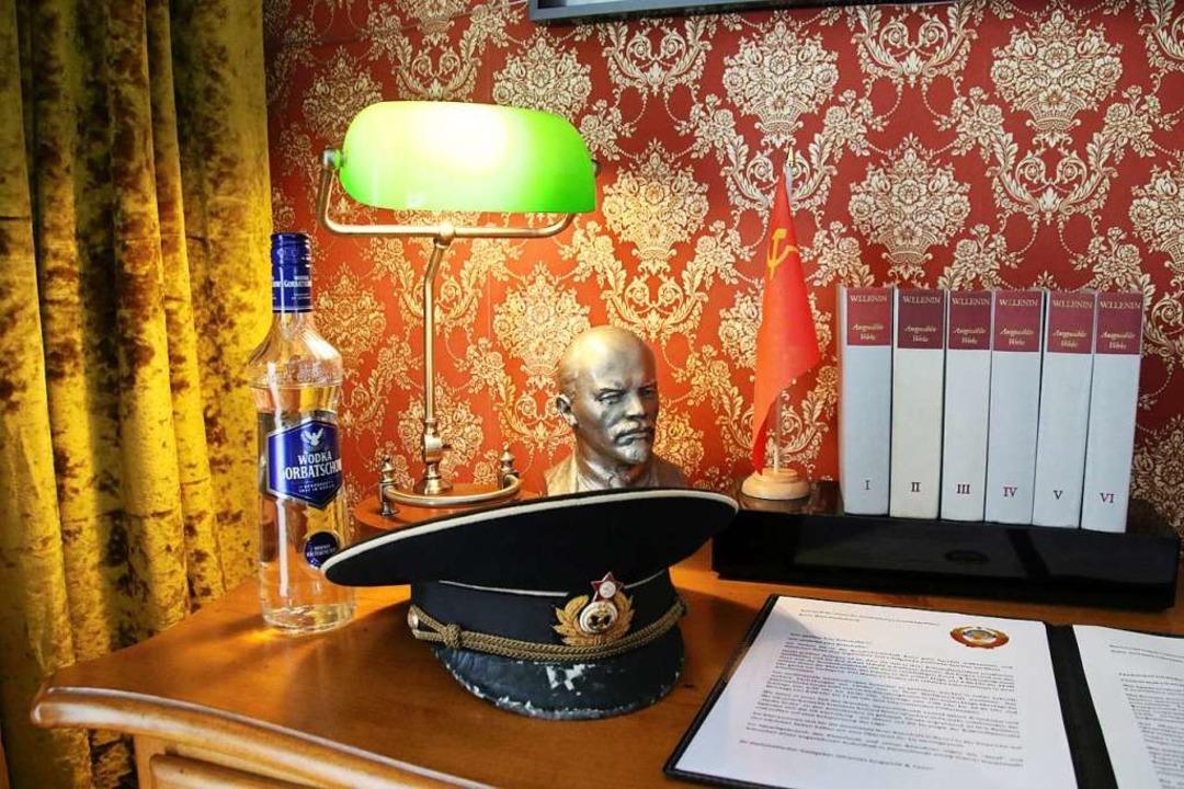 Wodka, Lenin-Büste: Ein Zimmer soll an die Sowjet-Botschaft erinnern.  | Foto: Steve Przybilla