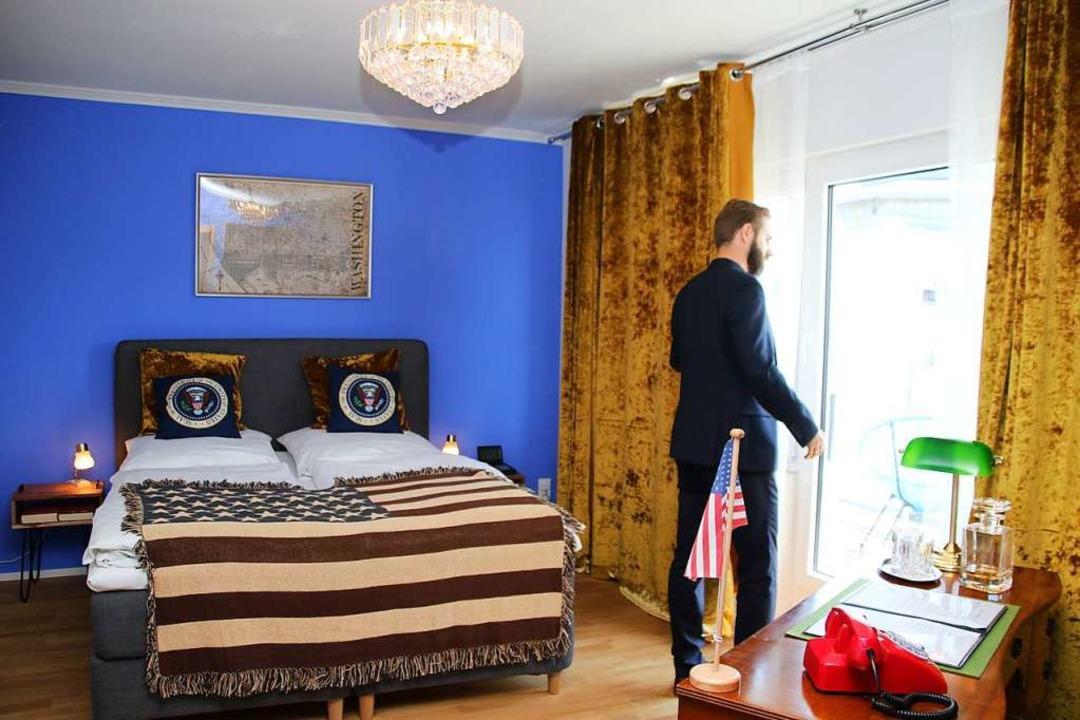 Gut gebettet auf Stars and Stripes. So...otschaftszimmer im Hotel Rheinland aus  | Foto: Steve Przybilla