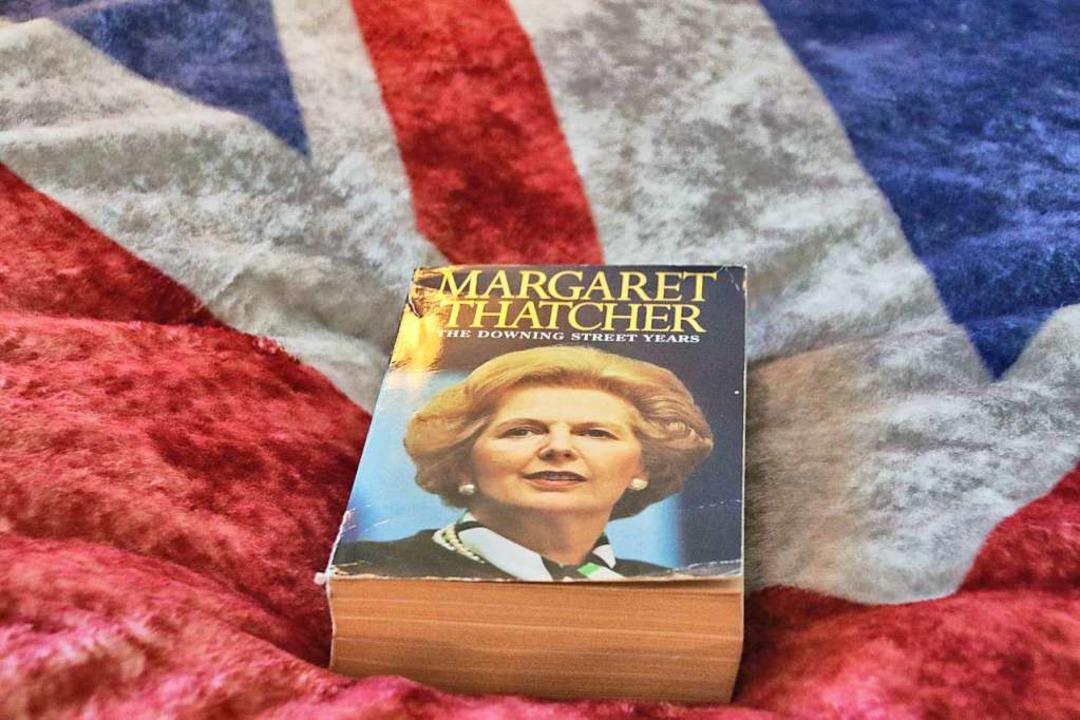 Bettlektüre im britischen Zimmer.  | Foto: Steve Przybilla