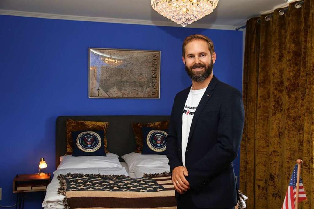 Hotelier Jungbluth im US-Zimmer seines Hotels  | Foto: Steve Przybilla