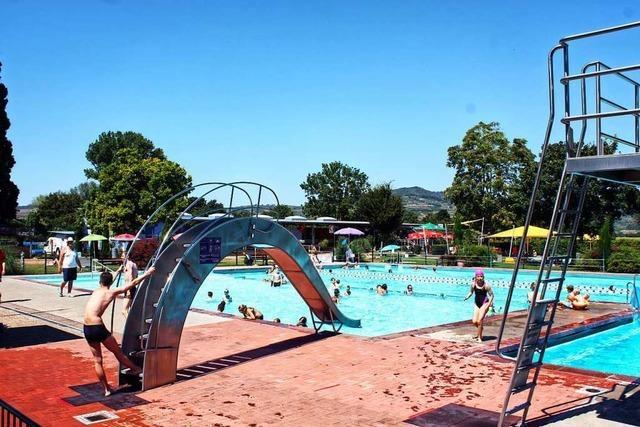 Besucher des Ihringer Schwimmbades halten sich an die neuen Regeln