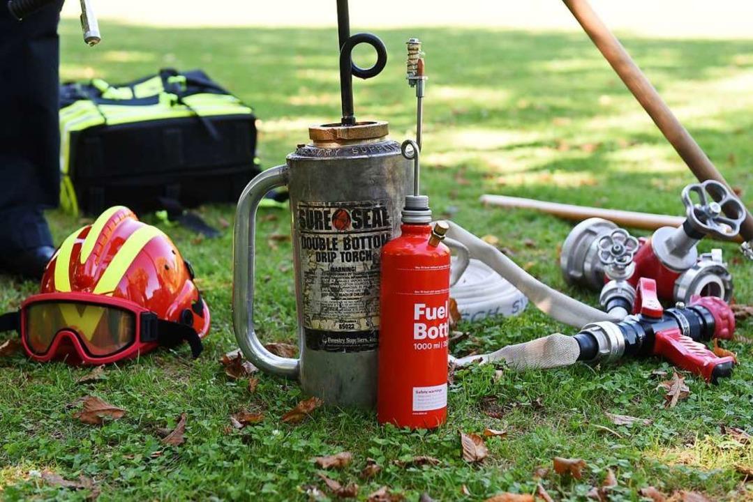 Mit Feuerkannen (Mitte) löscht man nic... – für kontrollierte Gegenfeuer.  | Foto: Rita Eggstein
