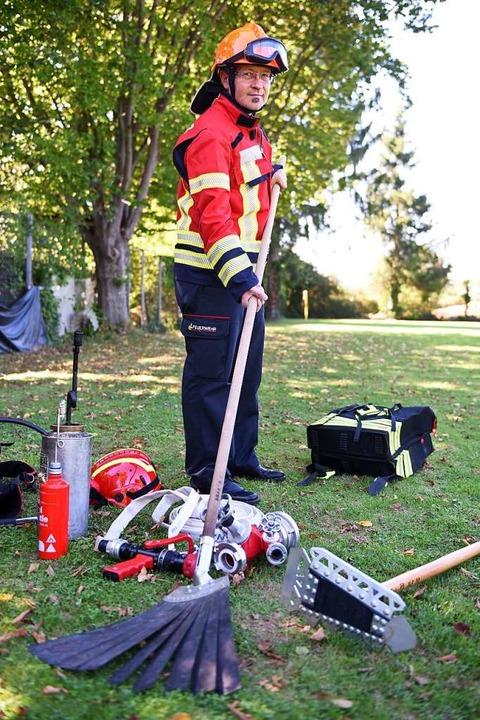 Werkzeuge gegen Waldbrand:  Thomas Leh...ehr Waltershofen mit der Feuerpatsche.  | Foto: Rita Eggstein