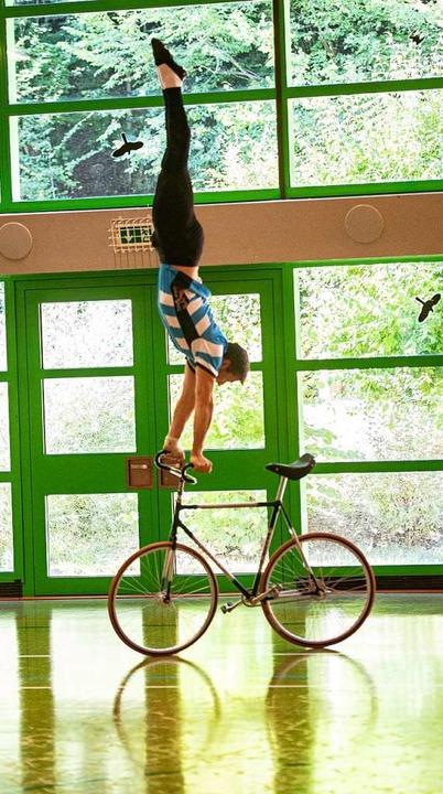 Im Training wird der Handstand auf dem Lenker geprobt.  | Foto: Achim Keller