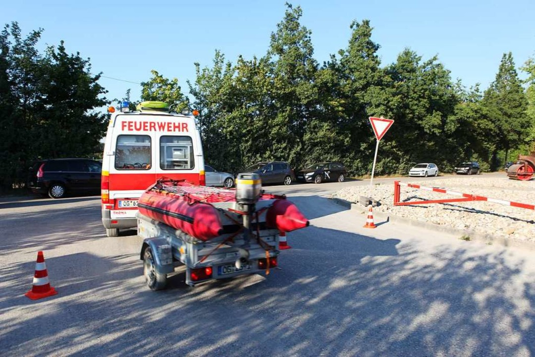 Feuerwehr und Wasserwacht waren mit Rettungsbooten im Einsatz.  | Foto: Bastian Bernhardt