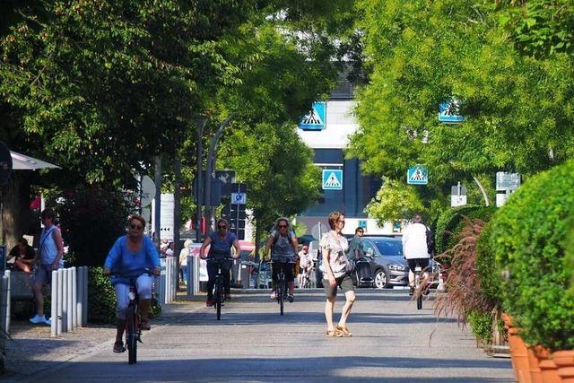 Viel los war in der neuen Weiler Fußgängerzone nur vor den Absperrgittern