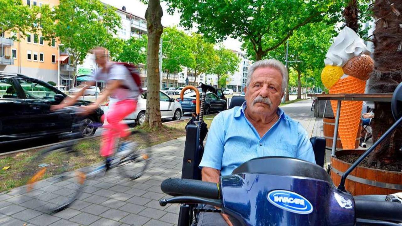 Radler auf dem Gehweg der Sundgauallee...t nur Aurelio Nieddu ein Dorn im Auge.  | Foto: Michael Bamberger