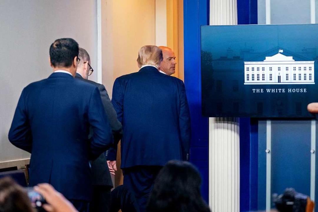 Donald Trump wird vom Secret Service a...ressekonferenz in Sicherheit gebracht.    Foto: Andrew Harnik (dpa)