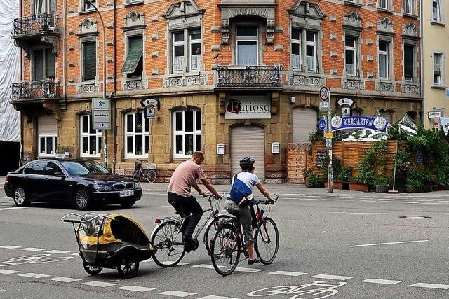 Radlerin und Autofahrer kollidieren auf der Eschholzstraße in Freiburg