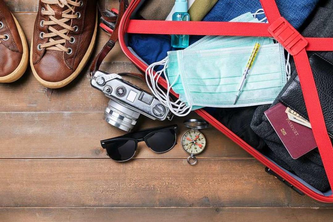 Maske einpacken: Das gehört für den Sommerurlaub 2020 dazu (Symbolbild)  | Foto: kwanchaichaiudom (Adobe Stock)