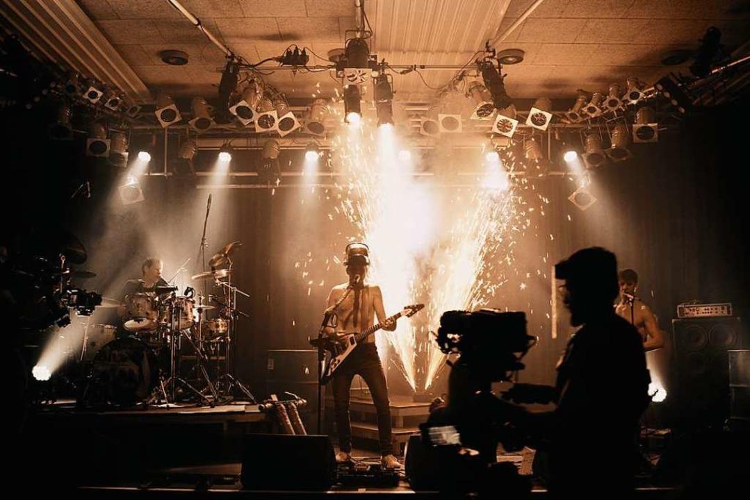 Ganz schön heiß: Im Konzertfilm der Ha...Oil gibt es viel Pyrotechnik zu sehen.    Foto: Punchline Studio