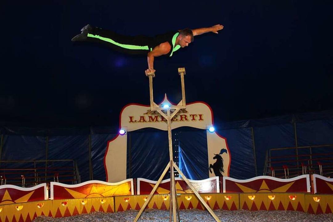 Leandro Zinnecker vom Zirkus Lamberti gibt eine artistische Kostprobe.  | Foto: Gabriele Fässler