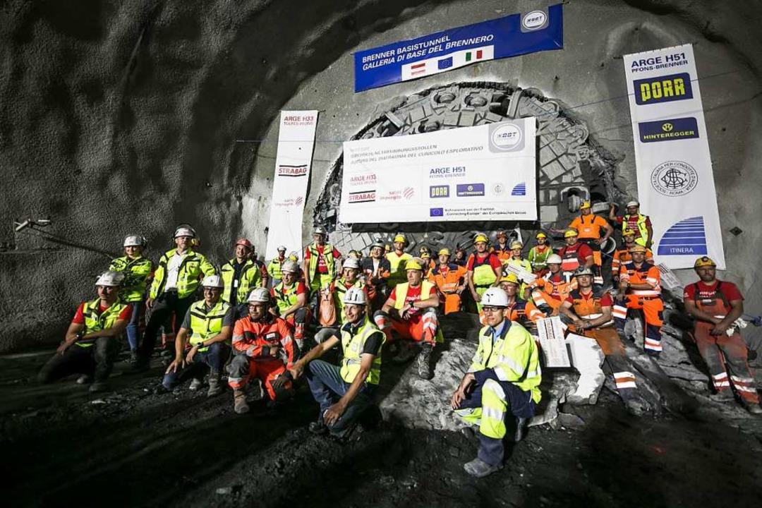 Freude beim obligatorischen Gruppenbild: die Mineure nach dem Durchbruch  | Foto: BBT SE/STRABAG/Jan Hetfleisch