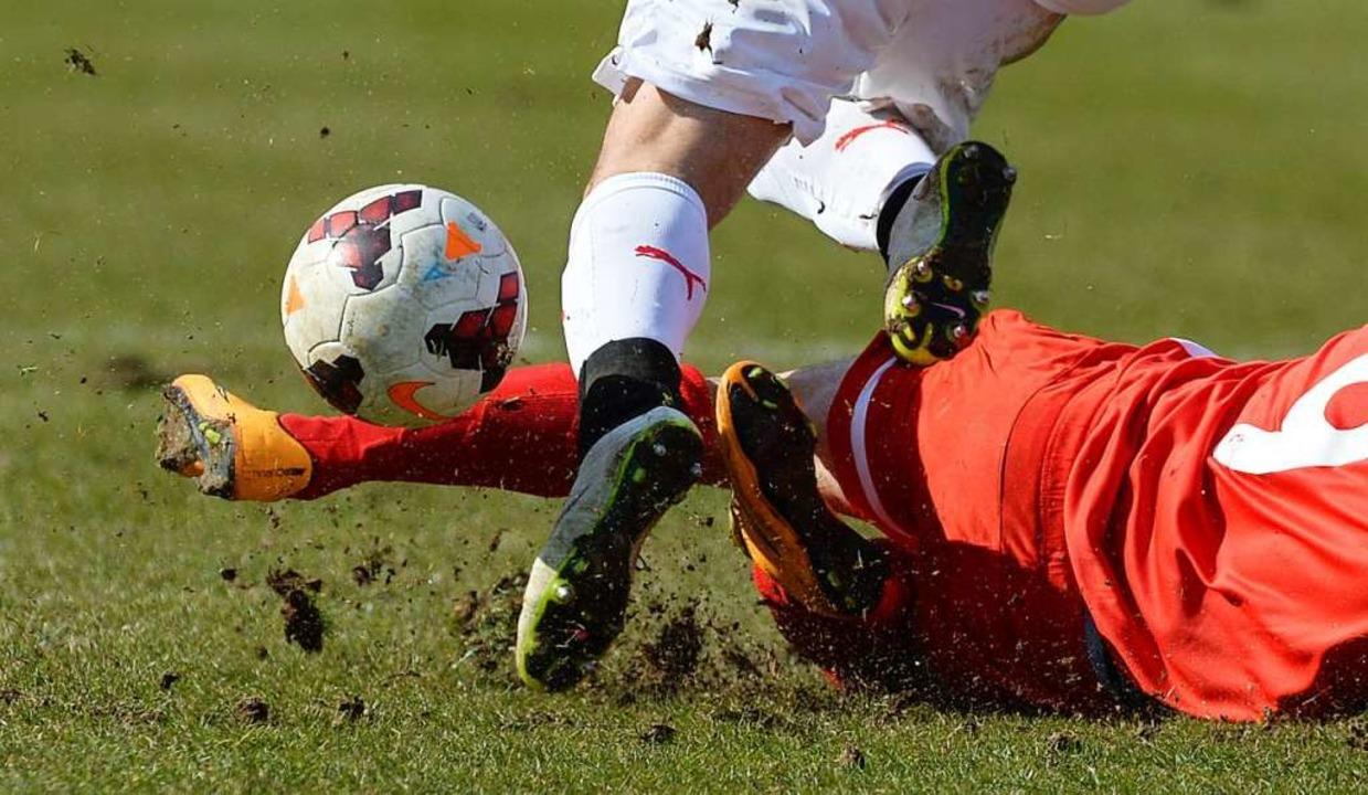 Zweikämpfe? Tacklings? Spiel mit dem B...des Lockdowns für Fußballer undenkbar.    Foto: Patrick Seeger