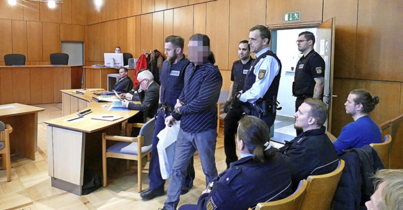 Februar 2019: Der Angeklagte wird in den Gerichtssaal geführt.    Foto: Ralf Burgmaier