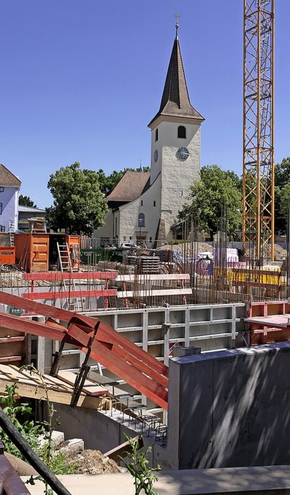 In eine  große Baugrube blickt man   im Zentrum von Bad Krozingen.  | Foto: Hans-Peter Müller