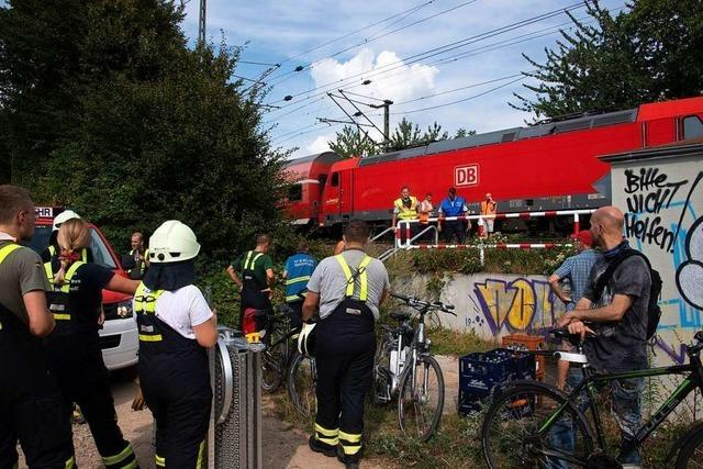 Vegetationsbrand bei Müllheim legt Verkehr auf der Rheintalbahn lahm