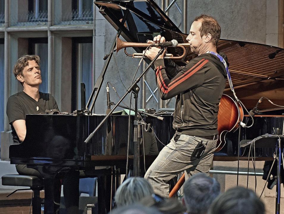 Ralf Schmid und Joo Kraus im Innenhof des  Regierungspräsidiums  | Foto: Michael Bamberger
