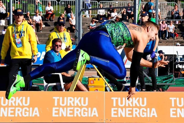 Johannes Vetter beim Abwurf des Speers am Dienstag in Turku    Foto: JUSSI NUKARI (AFP)