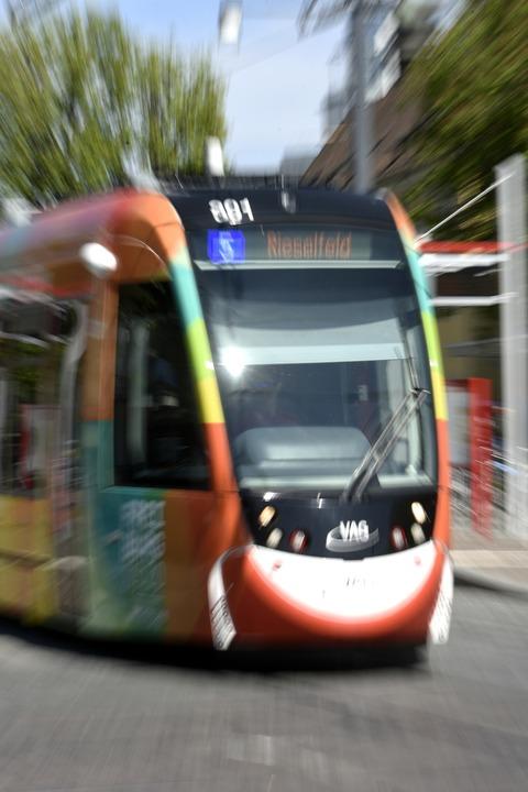 Beim Sturz in einer Tram der Linie 5 h...e Verletzungen zugezogen (Archivbild).    Foto: Thomas Kunz