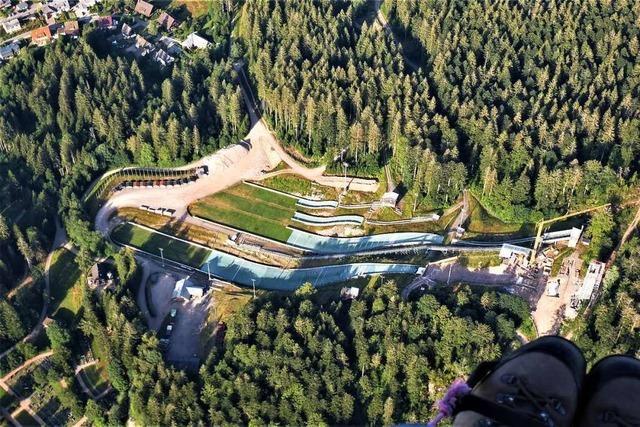 Gleitschirmflieger zeigt Hochschwarzwald aus der Vogelperspektive
