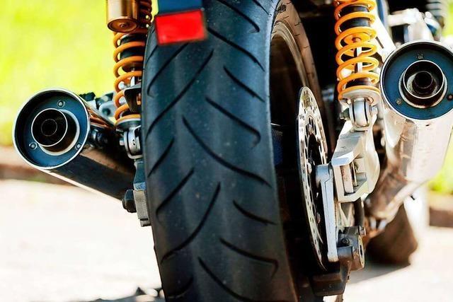 Frittierfett bringt Motorrad auf der B31 zu Fall