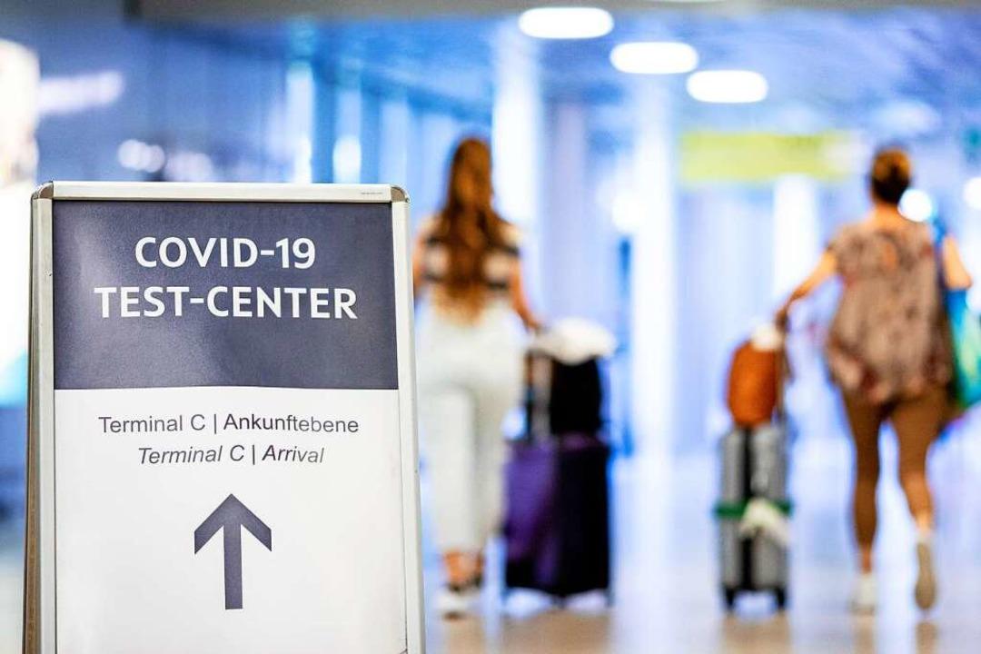 Rückkehrer aus dem Urlaub lassen die Zahl der Corona-Infektionen  ansteigen.   | Foto: Moritz Frankenberg (dpa)