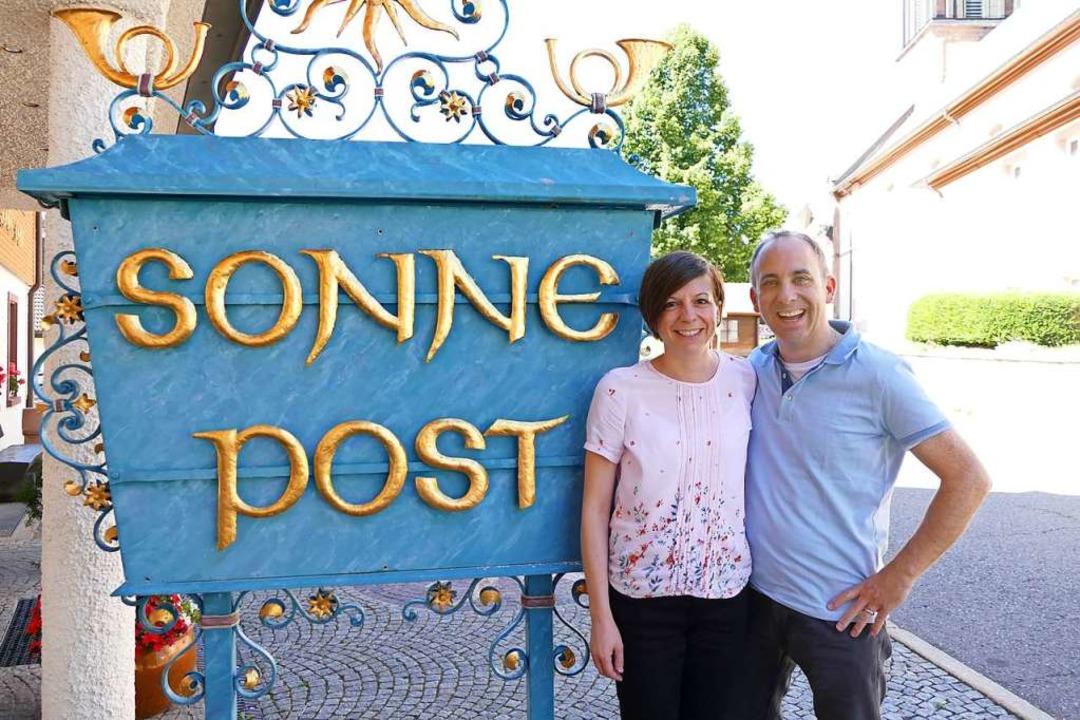 Gehören zusammen: Die Sonne-Post in Waldau und Yvonne und Thomas Eiche.  | Foto: Tanja Bury