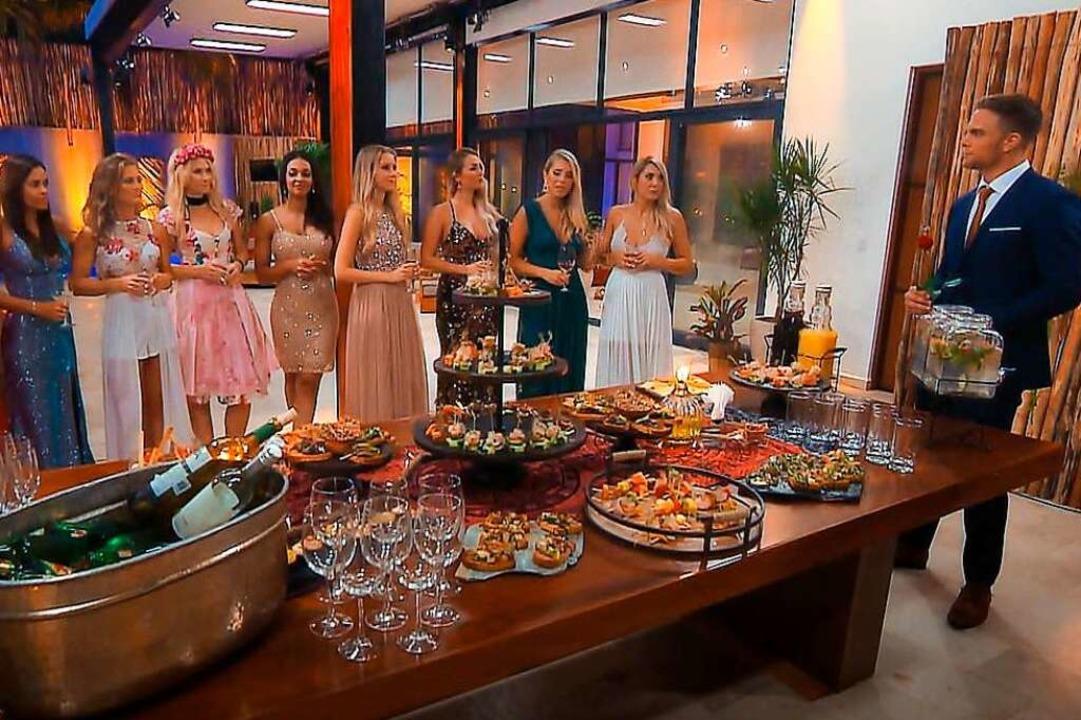 Der Bachelor führt die Frauen zu Grupp...es sollen sie sich näher kennenlernen.    Foto: TV Now