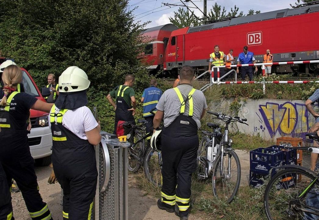 An den Bahngleisen bei Müllheim war am... einiges los, verletzt wurde niemand.   | Foto: Volker Münch