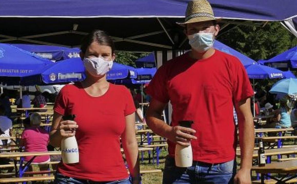 Zwei Musiker sprühten die Hände der Be... darauf, dass jeder eine Maske aufzog.  | Foto: Eva Korinth