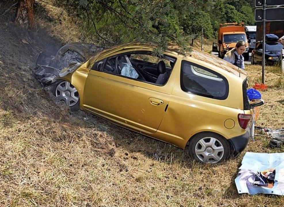 Die Front des Autos ist zerstört und verbrannt.   | Foto: Kamera24