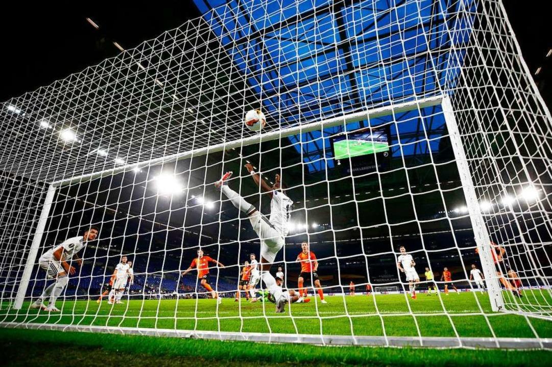 Vergeblich gestreckt hat sich der FC B...tte) beim 1:4 gegen Schachtjor Donezk.    Foto: WOLFGANG RATTAY (AFP)