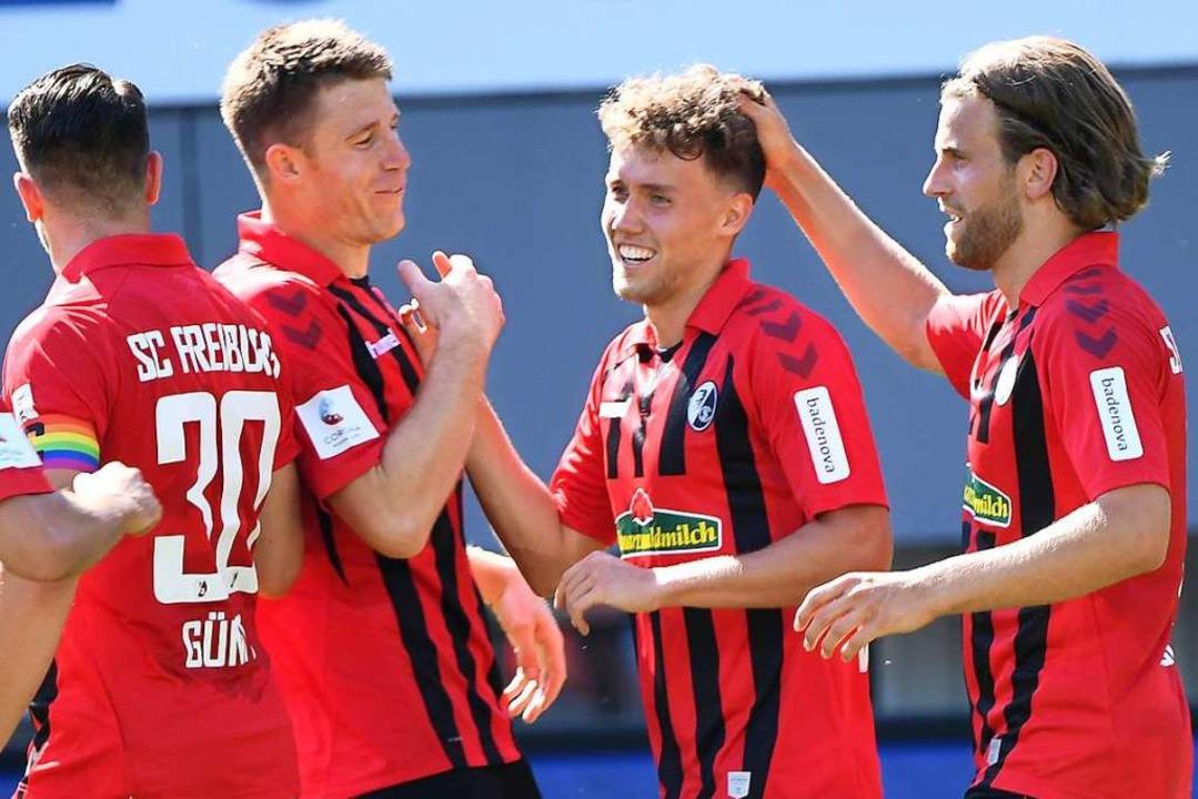 Seine Freiburger Teamkollegen müssen k...chmidt (Zweiter von rechts) auskommen.  | Foto: Uli Deck (dpa)