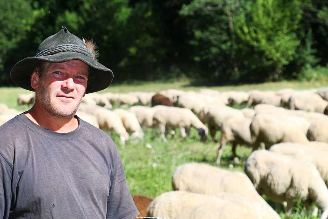 Jörg Frey mit seinen Schafen.  | Foto: Otto Schnekenburger