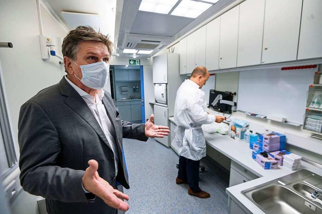 Gesundheitsminister Lucha in der neuen Teststation am Stuttgarter Hauptbahnhof    Foto: Marijan Murat (dpa)