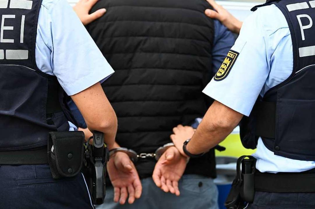 Bei seiner Festnahme verhielt sich der Mann aggressiv (Symbolbild).  | Foto: Jonas Hirt