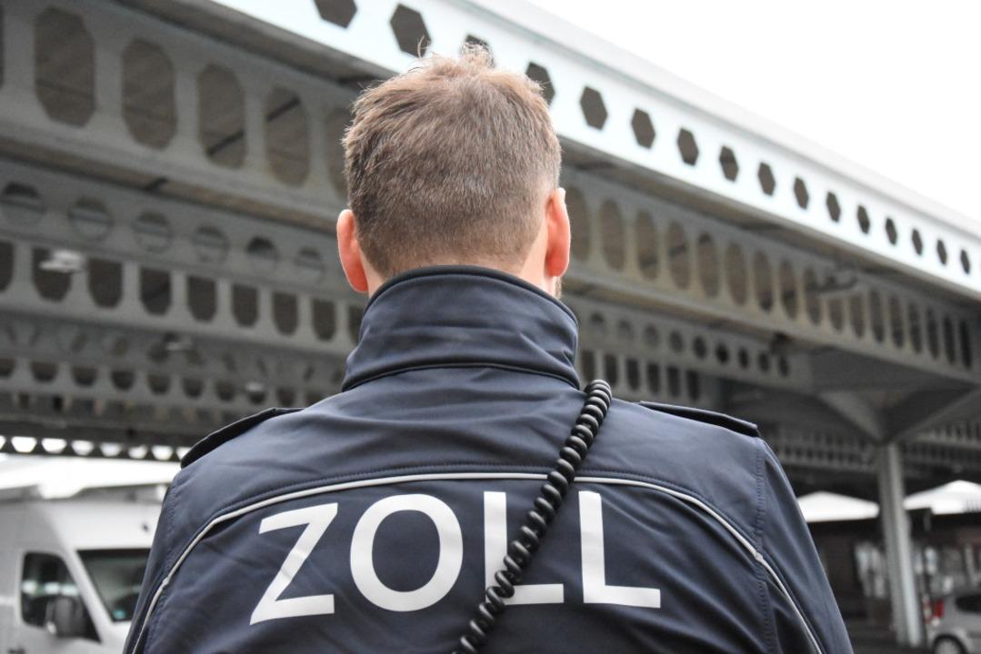 Beamte von Zoll und Bundespolizei waren im Einsatz.  | Foto: Kathrin Ganter