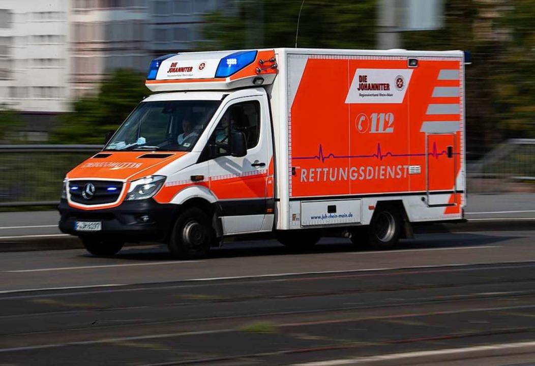 Die Motorradfahrerin wurde durch den R...ins Krankenhaus gebracht (Symbolbild).    Foto: Boris Roessler (dpa)