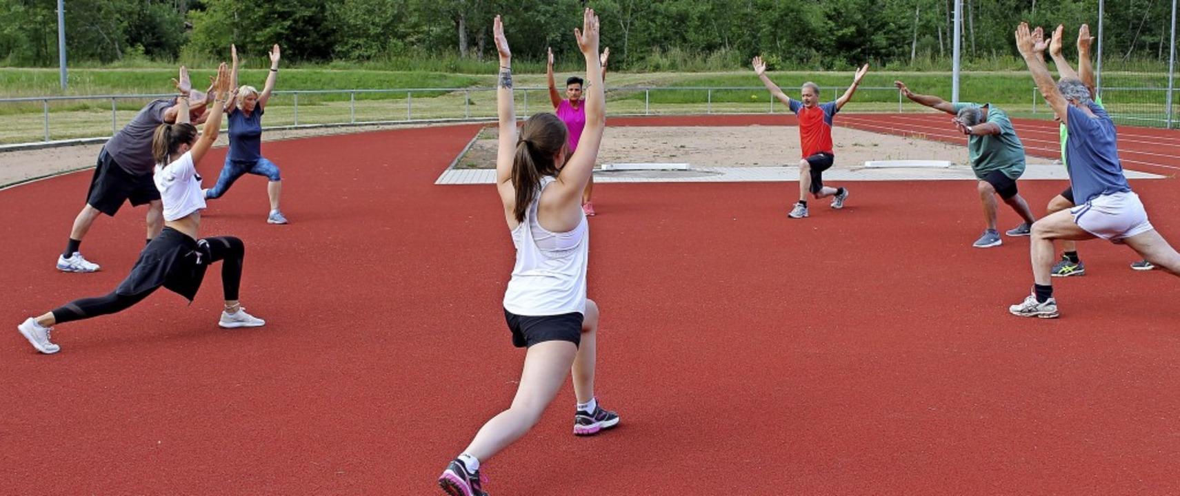 Übungsleiterin Nora Andris (zweite von links) gibt die Aufwärmübungen vor.  | Foto: Cornelia Liebwein