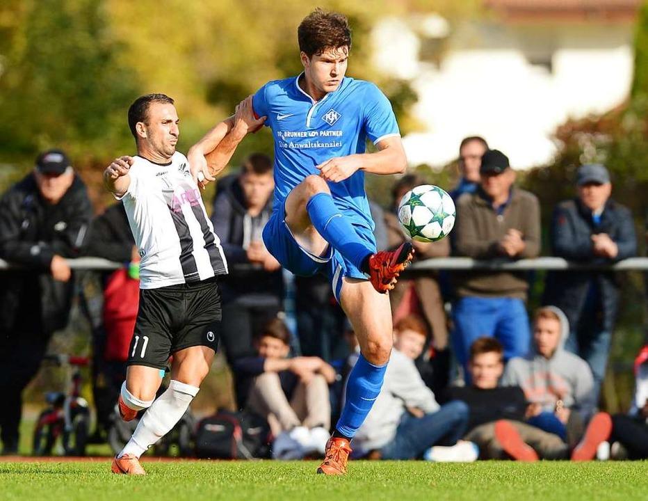 Spiel in der Verbandsliga 2016: rechts...malige Villinger Stürmer Nedzad Plavci  | Foto: Patrick Seeger