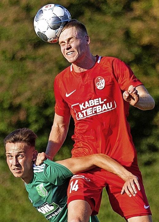 Ballgewinne sollten Simon Leopold (rotes Trikot) und dem OFV häufiger gelingen.  | Foto: Alexandra Buss